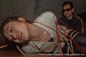 kinbaku night arisue go tokyo on table 300x200 Kinbaku in Tokyo: a Bondage night with Arisue Go