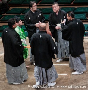 sumo tournament ryogoku tokyo japan judges referee 292x300 Le Sumo au Japon : un sport de combat traditionnel