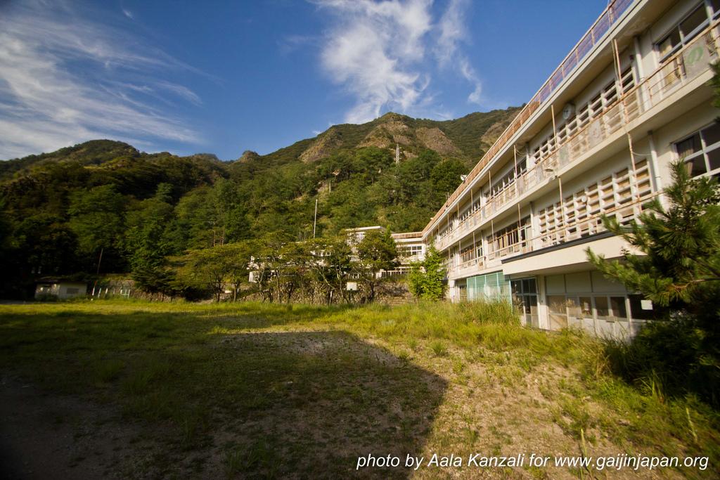 ashiomachi ecole abandonnée au japon - abandoned school - outside the school