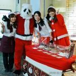 Noël à Tokyo - Panda Claus avec japonaise de Noël