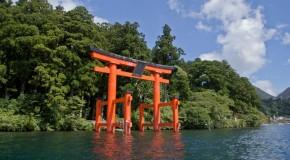 Hakone-Jinja, sanctuaire entre lac, forêt et volcans