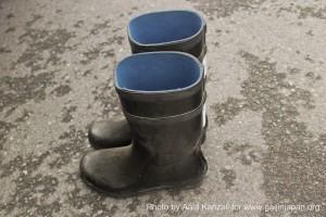 kamaishi, iwate, tohoku, japan - volunteer fro tsunami - boots, bottes
